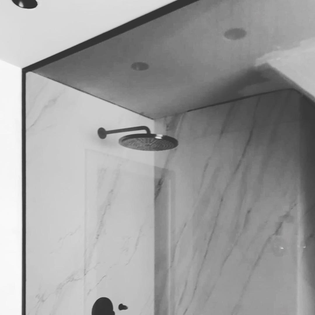 https://allglas.be/wp-content/uploads/2019/09/glaswerken-allglas-walschaerts-mossoux_-badkamer-douche-grijs-02.jpg