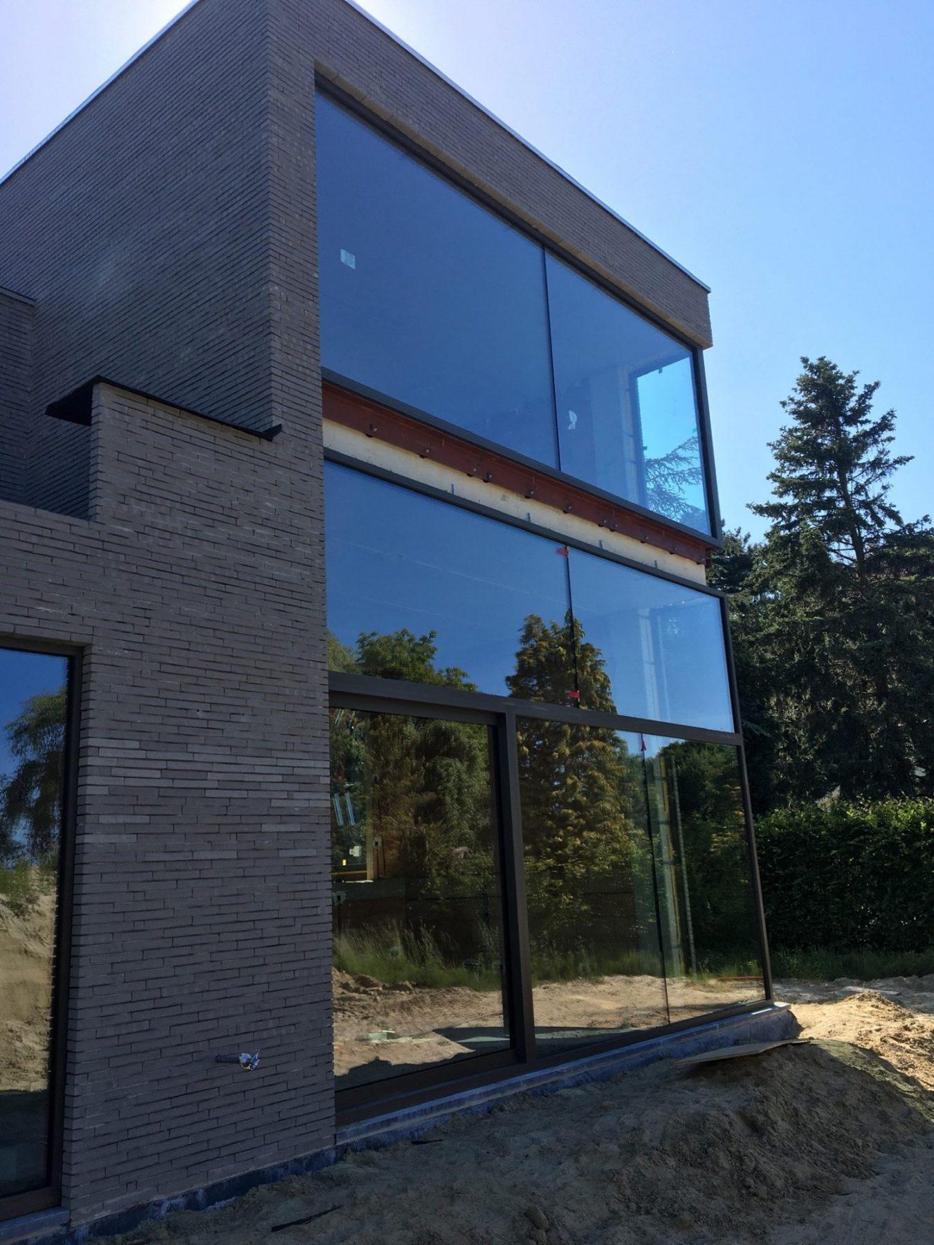 https://allglas.be/wp-content/uploads/2020/09/nieuwbouwwoning-muizen-isolatieglas-glaskraanwerk-01-scaled.jpg